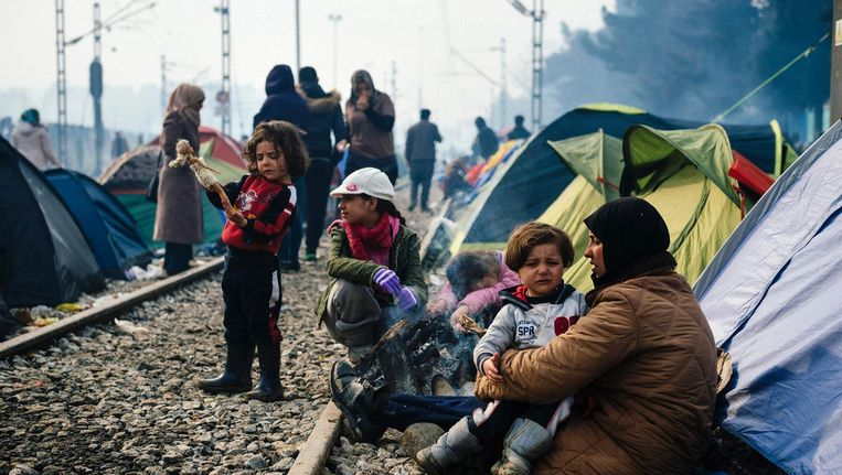 Vluchtelingen in een kamp nabij het Griekse dorp Idomeni. Beeld afp