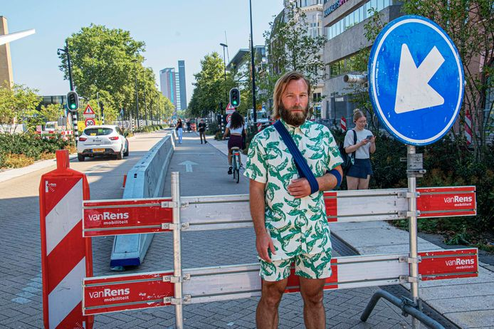 """De plek waar Joost Maissan zijn schouder brak. ,,Lieve omstanders - duizendmaal dank - ontfermden zich over mij. En een taxi-chauffeur liet nog weten dat hij hier dagelijks mensen ziet vallen."""""""