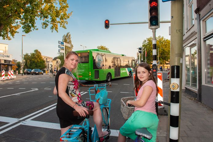 Elja Reussink en haar dochter Mayra zijn blij dat het binnenkort veiliger wordt om met de fiets het Kleiwegplein over te steken.
