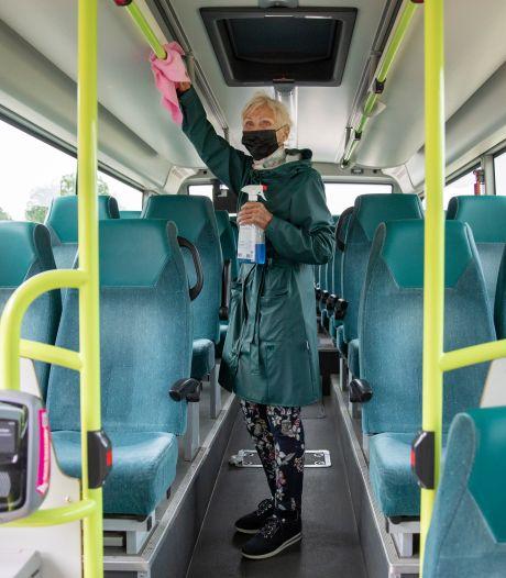 Greetje Knüfken (84) poetst twee keer per dag de leuningen van de lijnbussen van Connexxion