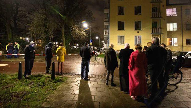 Bewoners van het appartementencomplex aan de Broekslootkade staan op straat na een ontruiming door de brandweer. Beeld anp