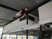 Epke Zonderland improviseert met rekstok in leegstand fitnesscentrum