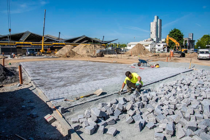 De aanleg van het pad over het Burgemeester Stekelenburgplein.
