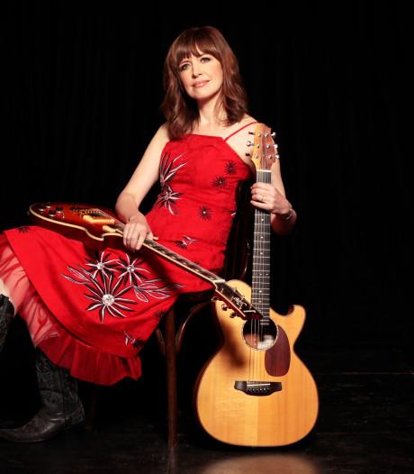 Sarah McQuaid zingt, speelt en tunet voor Groeten Uit Oisterwijk