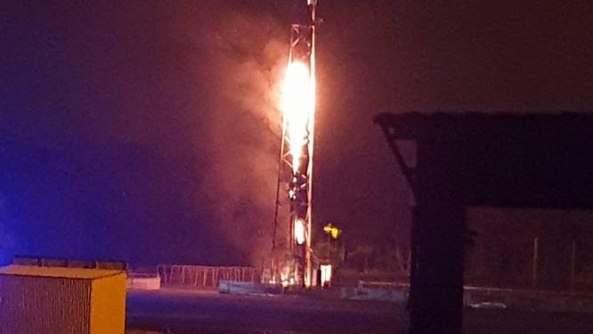 """Vandalen steken mast in Pelt in brand: """"Maar het is geen 5G-mast"""""""