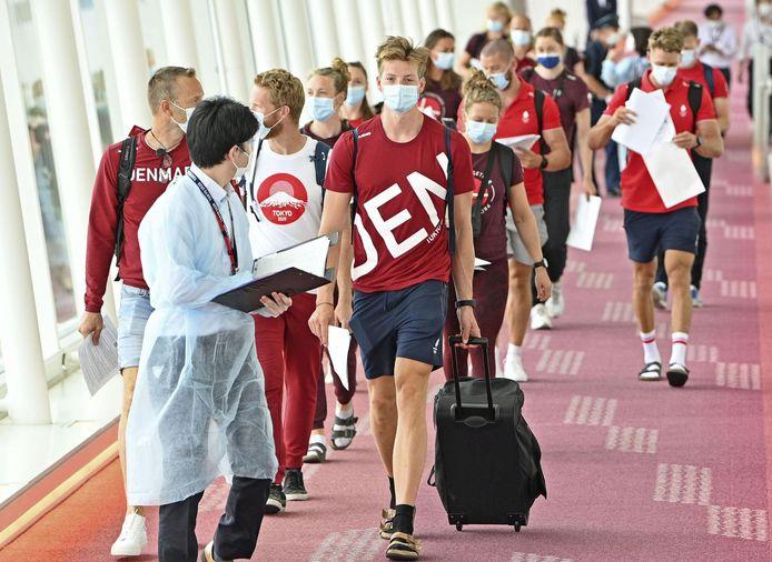 Leden van het Deense olympische roeiteam komen aan op de luchthaven van Tokio.