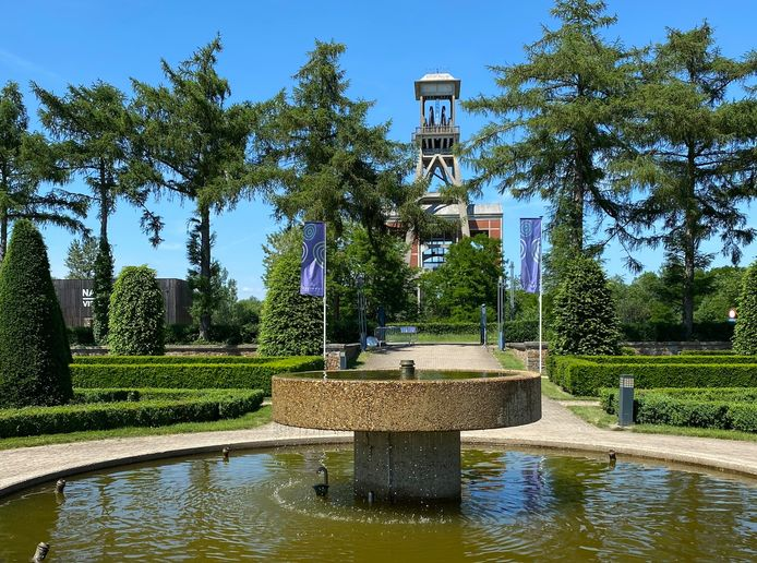 Van aan de fontein in de Franse tuin kan je op termijn pal door de schachtbok lopen.