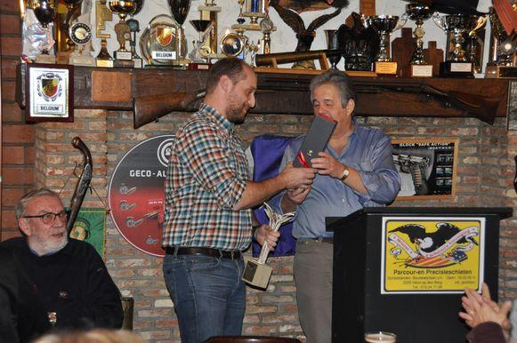 Belgisch kampioen Tom Saudemont ontvangt zijn trofee uit handen van voorzitter Carlos Lagae