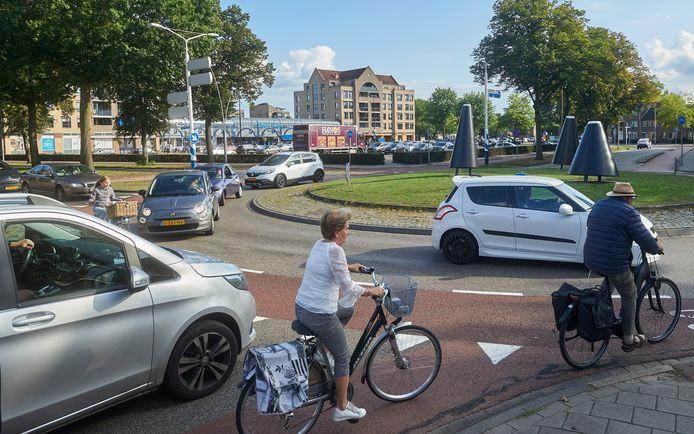 De rotonde in de Koornstraat in Oss is een flessenhals voor het verkeer. Gemeenteraad zou hier een fietstunnel willen aanleggen.