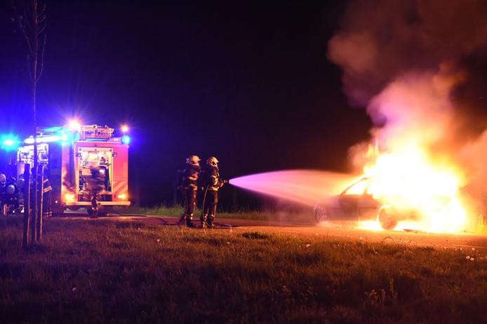 De auto werd door de brand volledig verwoest.