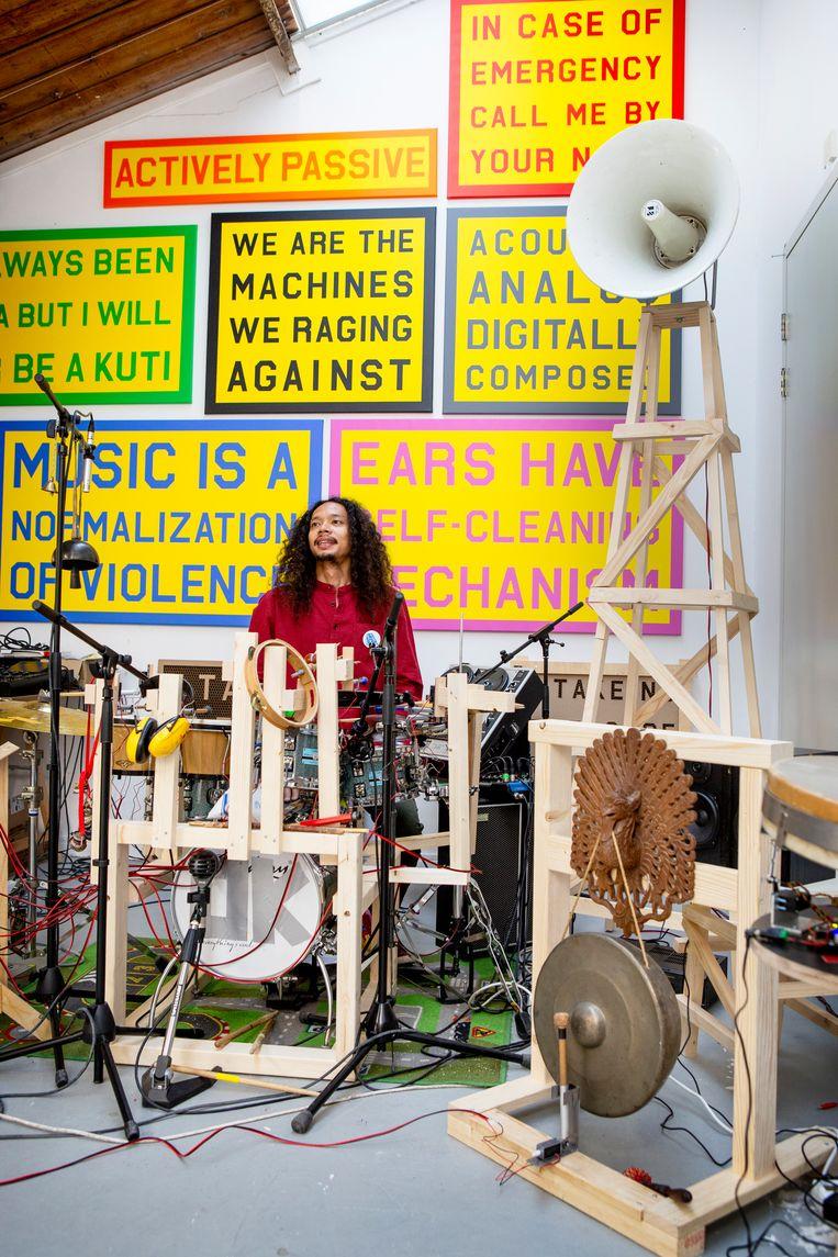 Het atelier van Julian Abraham 'Togar' lijkt op het laboratorium van een gekke professor.  Beeld Pauline Niks