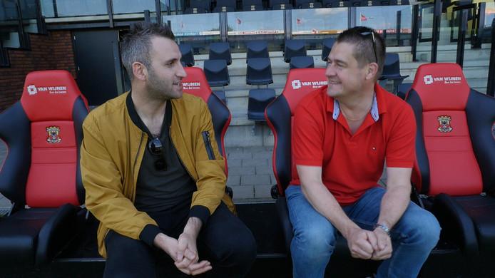 De verslaggevers Johan Inan (l) en Dennis Arentsen bespreken de leukste fragmenten uit eerdere afleveringen van Stiften.