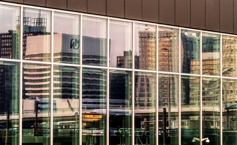 De weerspiegeling van de skyline van Den Haag in het kantoorgebouw van het ministerie van Buitenlandse Zaken.  Beeld Freek van den Bergh / de Volkskrant