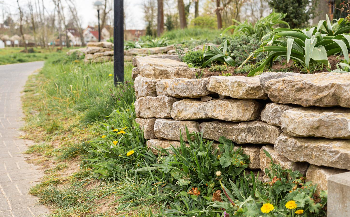 Een gestapelde muur kun je gebruiken als verrijking van de tuin.