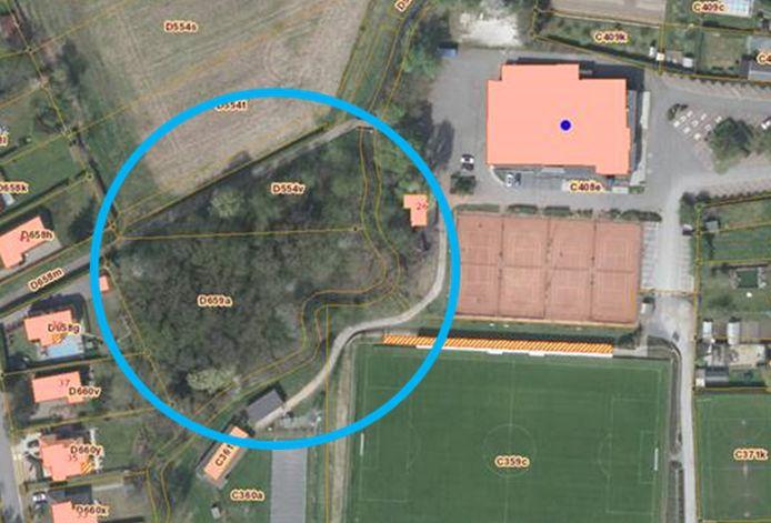 Het hondenlosloopbos. Rechts bovenaan de sporthal in de Zeypestraat in Kampenhout.