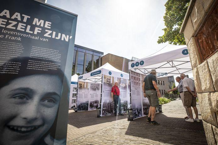 In de Herdenkingstuin achter het stadhuis is nog tot en met komende vrijdag een buitententoonstelling te zien over Anne Frank.