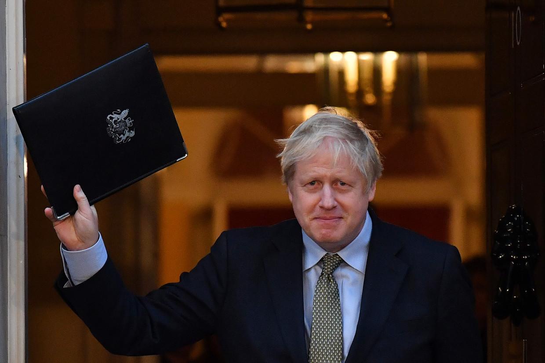 Boris Johnson zwaait nog even voor hij de deur dichtdoet op Downing Street 10.