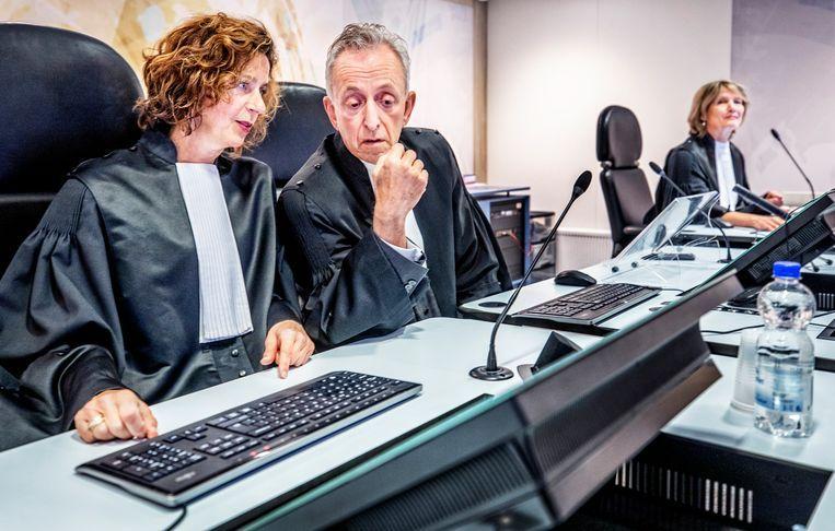 Rechter Frank Wieland (midden) tijdens de strafzaak tegen Willem Holleeder. Beeld Beeld Raymond Rutting/De Volkskrant