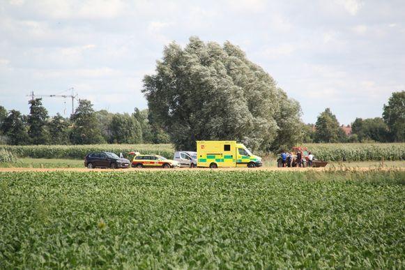 De hulpdiensten komen ter plaatse en reanimeren het slachtoffer. De man sterft jammerlijk later in het ziekenhuis.