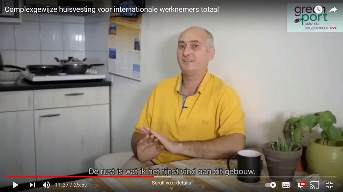 Arbeidsmigrant Mihai Mezei praat in de video over zijn ervaring in het HomeFlex-complex in Naaldwijk. Beeld uit de videopresentatie.
