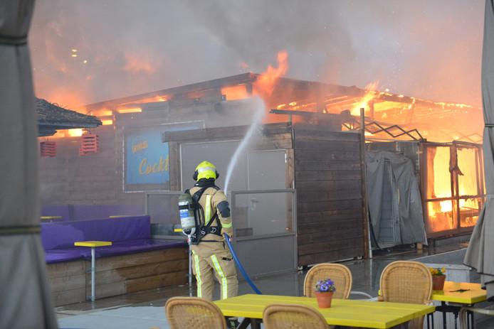 Strandtent Blue Lagoon op Scheveningen volledig afgebrand
