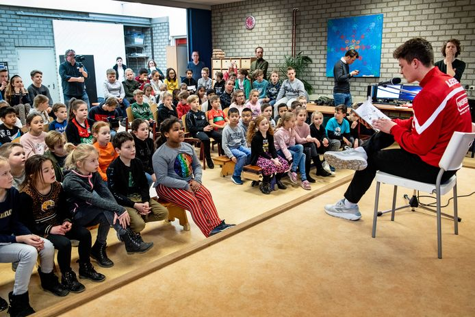 NEC-er Bas Kuipers leest voor op basisschool de Wingerd.