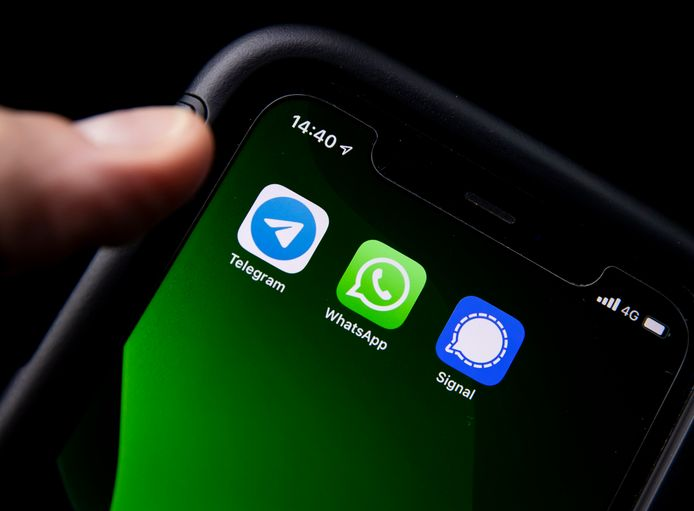 De iconen van de communicatie-apps Whatsapp, Telegram en Signal op een telefoon.