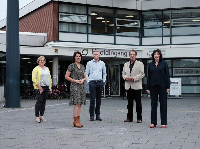 Verpleegkundige Antoinette Arink, OR-voorzitter Ineke Brundel, orthopeed Arjen Buitenhuis, voorzitter cliëntenraad Jim Boester en directeur Marja Weijers van het SKB.