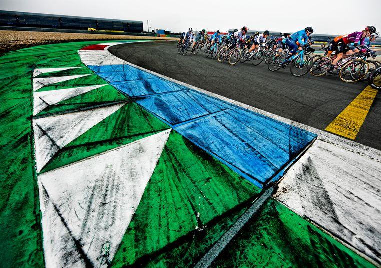 Op het voor publiek afgesloten TT circuit in Assen werd de eerste etappe van de Healthy Ageing Tour voor vrouwen verreden. Beeld Klaas Jan van der Weij