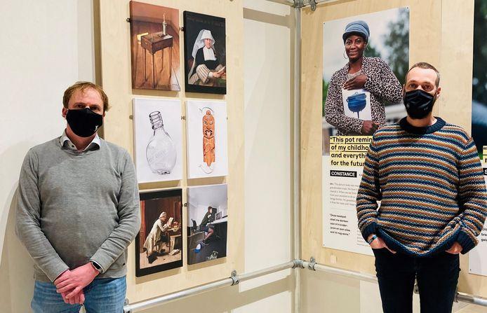 Schepen Dimitry Soenen en museummedewerker Wouter Sinaeve bij de tentoonstelling.
