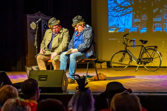 Gerrut dun Liegenair (Gerton Broos) en D'n Bowie (Michael Bakkers, rechts) spelen twee hangouderen op de kop van de Oudenbossche haven.