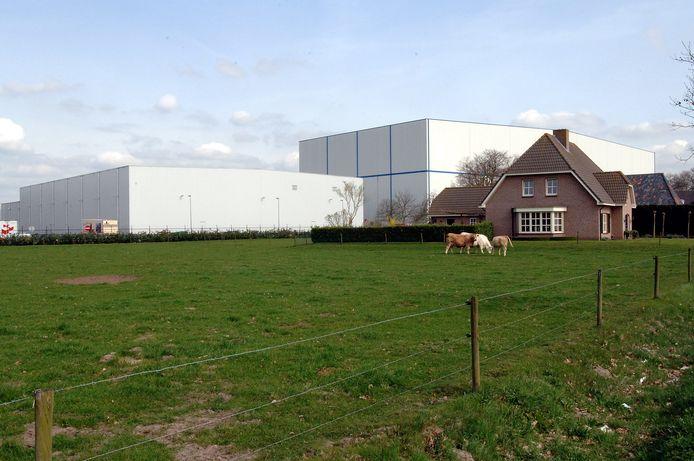 In 2006 torende dit pakhuis al uit boven de daken op industrieterrein De Katsbogten in Tilburg.