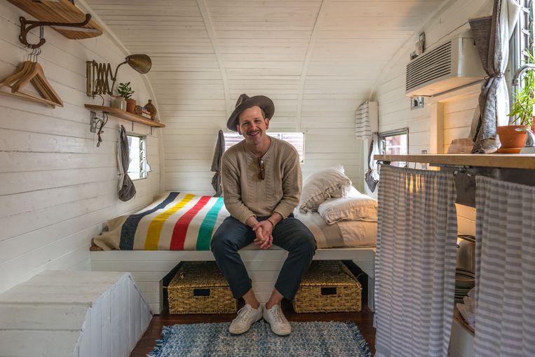 Schrijver John 'J.Wes' Yoder in zijn Airbnb: een jarenzestigcamper in de tuin. Beeld Jurriaan Teulings