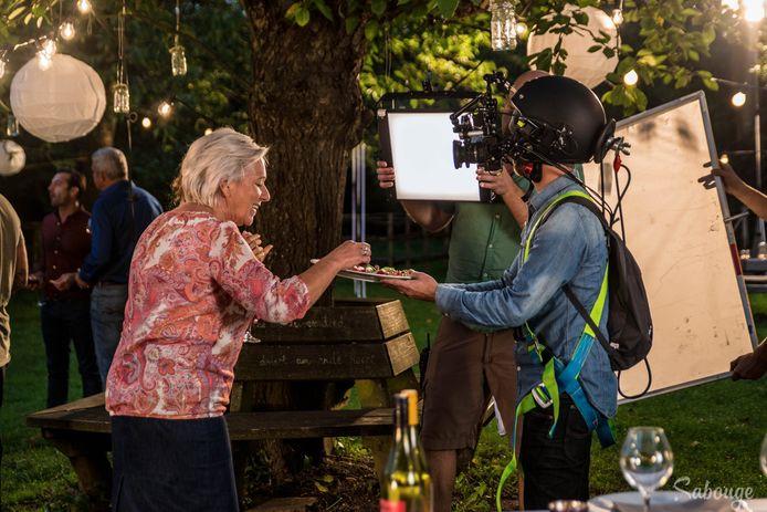 Jenny krijgt hapjes van de cameraman/cyborg.