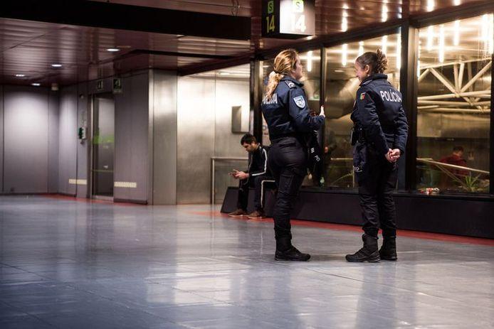 Policières à l'aéroport de Lisbonne