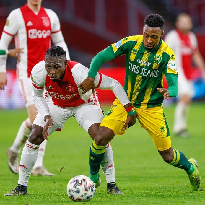 Shaquille Pinas (r) namens ADO Den Haag in duel met Lassina Traoré van Ajax.