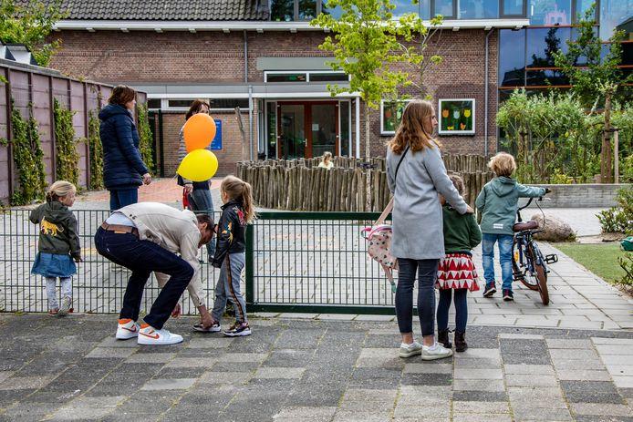 Onder meer de Pieter van der Plasschool en de Hofvilla zitten al propvol. Daarom moet er in Wateringen-noord eerst een basisschool worden gebouwd voordat er 700 nieuwe woningen komen.