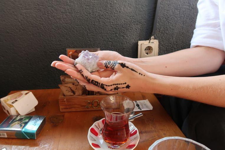Het kristal dat koffiedikkijker Muammar Adas heeft opgeladen met Koranverzen. Foto: Aybala Carlak Beeld Marije van Beek