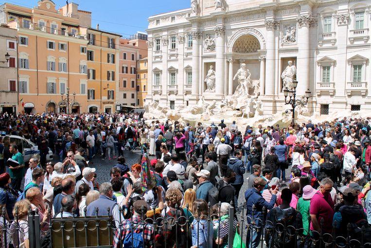 Drukte bij de Trevi-fontein in Rome. Beeld Flip van Doorn