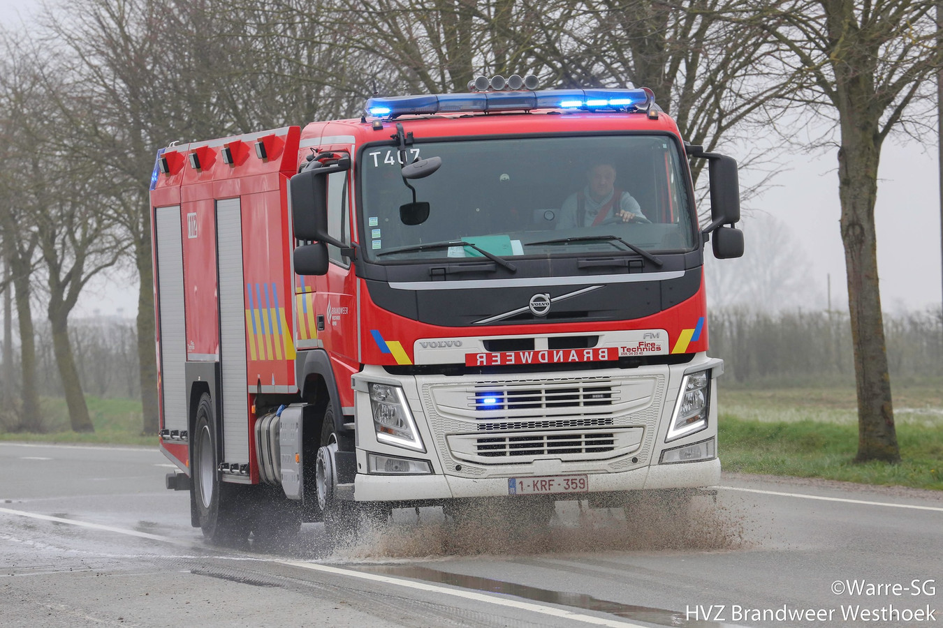 Een tankwagen spuit de N8 tussen Veurne en Ieper schoon.
