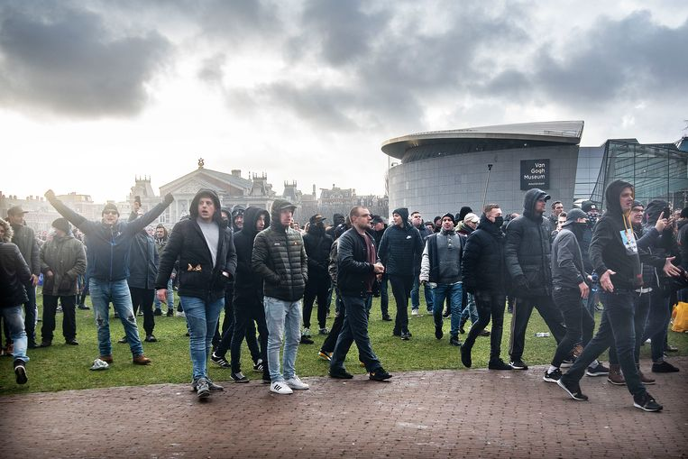 Betogers dagen de politie uit tijdens een demonstratie tegen de coronamaatregelen op het Museumplein in Amsterdam. Beeld Guus Dubbelman / de Volkskrant