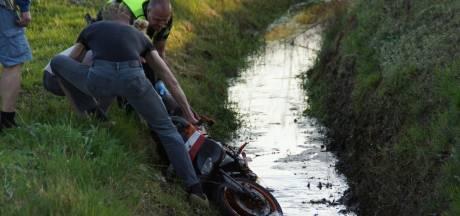Brommerrijder verliest macht over stuur en belandt in sloot in Halle