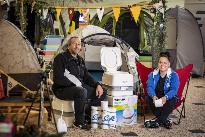 Bij kampeer- en campingwinkel Jan Krul in Hengelo zijn de mobiele wc's niet aan te slepen. Vanwege de coronacrisis willen kampeerders de beschikking over hun eigen toilet tijdens de vakantie.