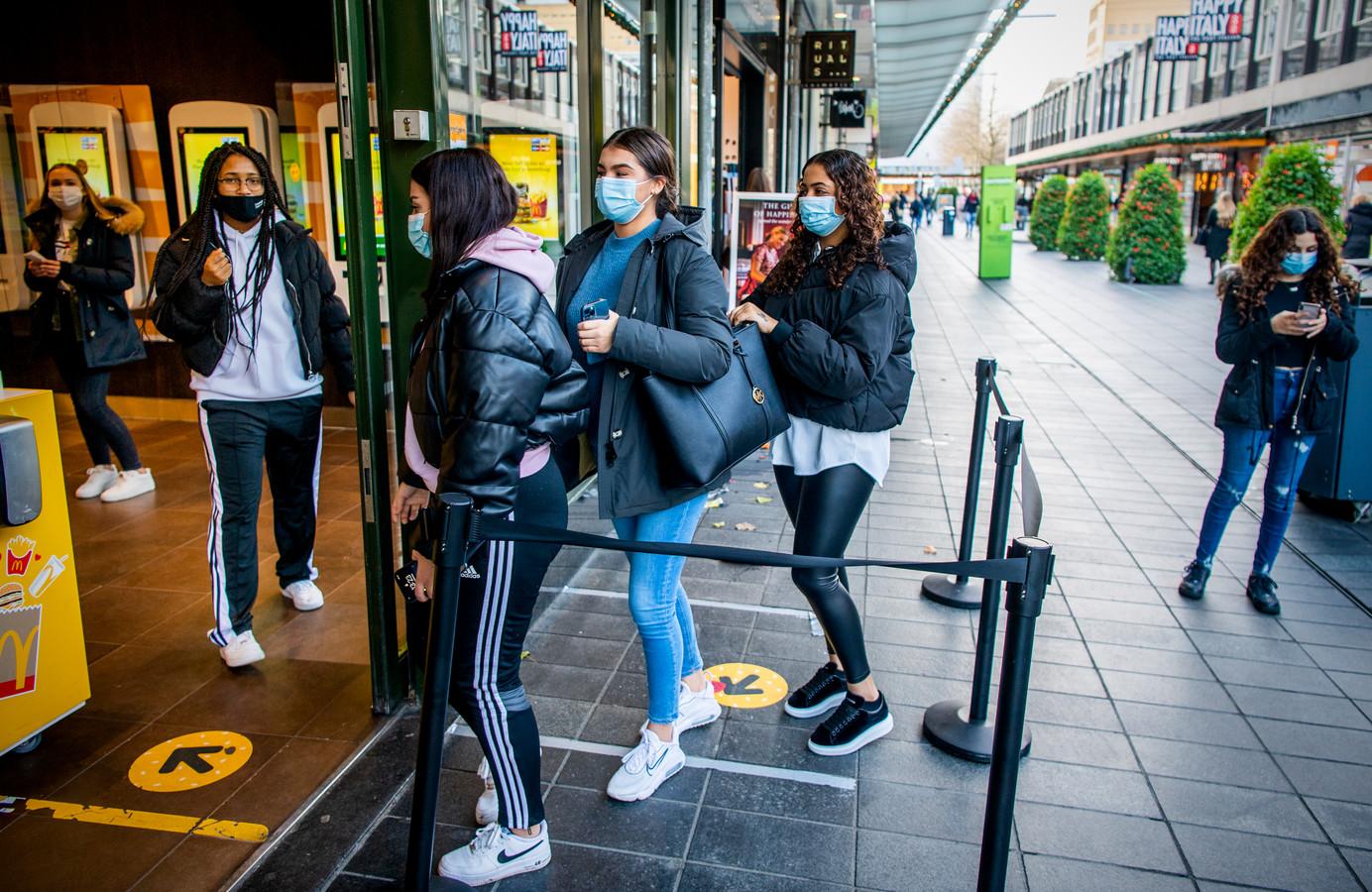 Mondkapjes zijn verplicht in winkels en andere publieke binnenruimtes. In het centrum van Rotterdam doet vrijwel iedereen een kapje op.