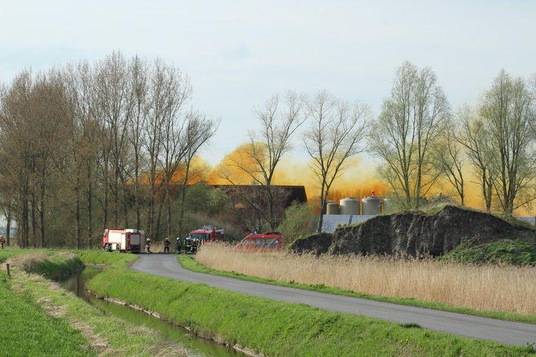 Een gele gifwolk steeg op uit een mestverwerkingsbedrijf, nadat er een lek was ontstaan in een tank salpeterzuur,
