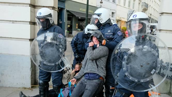 """Opgepakte klimaatbetogers overwegen stappen tegen politiegeweld: """"Pepperspray op geboeide mensen in bus: waanzin"""""""