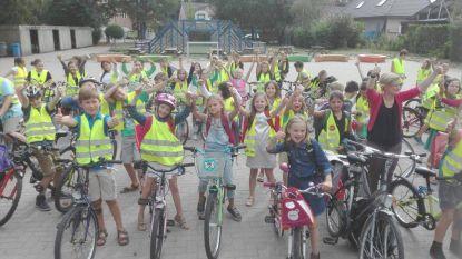 Campagne zet kinderen aan om fluohesje en fietshelm te dragen