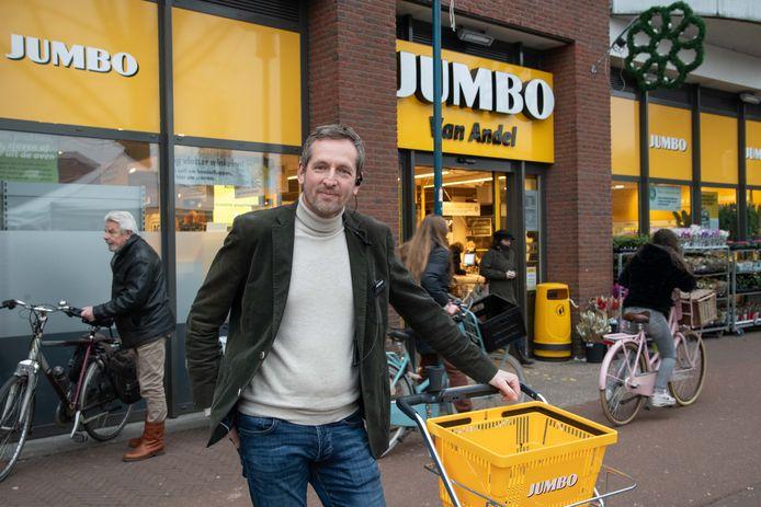 Erwin van Andel heeft zijn handen vol aan het oppakken van winkeldieven in zijn supermarkt.