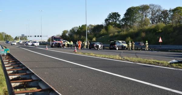 Achtervolging door politie eindigt met ongeval op A50: drie rijstroken dicht.