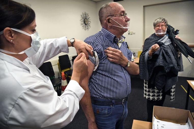 Ouderen halen een griepprik in Voorthuizen. Beeld Marcel van den Bergh